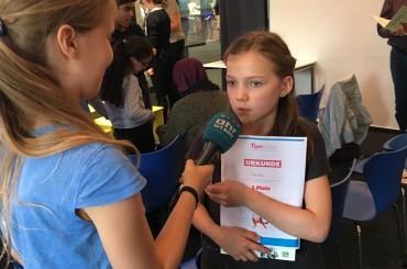 Die Gewinnerin des Vorlesewettbewerbs - Paula - im Interview mit den Kinderradio Osdorf-Reportern