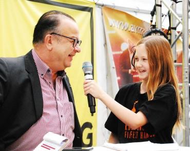 Emily im Gespräch mit Albert Wiederspiel bei der MICHEL MOVIE KIDS-Livesendung